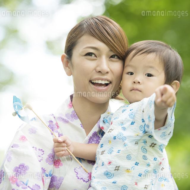 子供を抱き微笑む母親の写真素材 [FYI04547438]