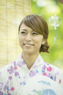 うちわを持ち微笑む浴衣姿の女性の写真素材 [FYI04547447]