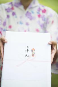 お中元を持つ女性の手元の写真素材 [FYI04547487]