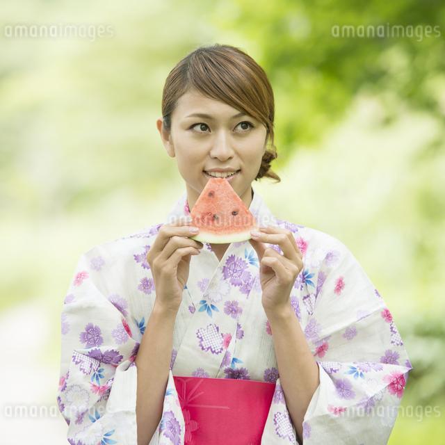 スイカを食べる浴衣姿の女性の写真素材 [FYI04547508]