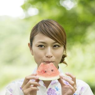 スイカを食べる浴衣姿の女性の写真素材 [FYI04547515]
