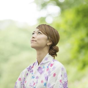 空を見上げる浴衣姿の女性の写真素材 [FYI04547519]