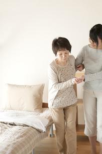 母親の介護をする娘の写真素材 [FYI04547632]