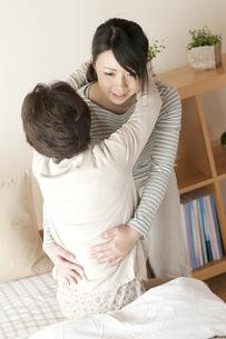 母親の介護をする娘の写真素材 [FYI04547634]