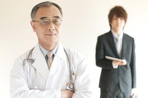医者とMRの写真素材 [FYI04547649]