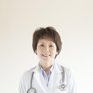 微笑む女医の写真素材 [FYI04547684]