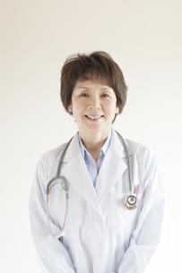 微笑む女医の写真素材 [FYI04547687]