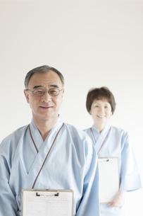 カルテを持ち微笑む患者の写真素材 [FYI04547724]