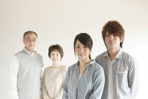 微笑む家族のポートレートの写真素材 [FYI04547741]
