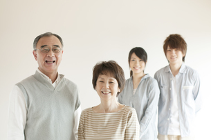 微笑む家族のポートレートの写真素材 [FYI04547742]