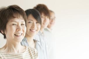 微笑む家族の横顔の写真素材 [FYI04547748]