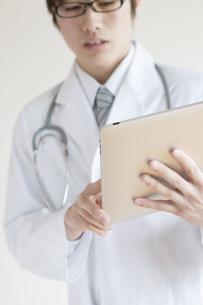 タブレットPCを持つ医者の手元の写真素材 [FYI04547779]