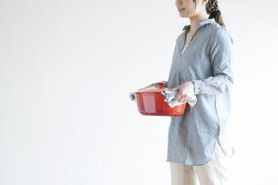 鍋を運ぶ女性の写真素材 [FYI04547780]