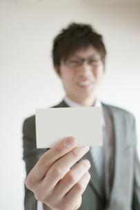 名刺を差し出すビジネスマンの写真素材 [FYI04547783]