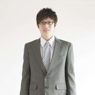微笑むビジネスマンの写真素材 [FYI04547794]