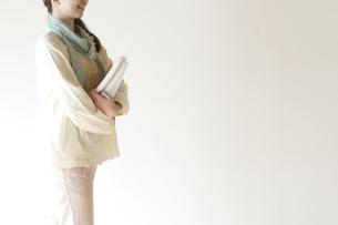 本を持つ女性の写真素材 [FYI04547810]