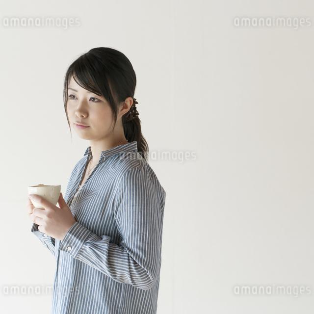 コーヒーカップを持つ女性の写真素材 [FYI04547812]