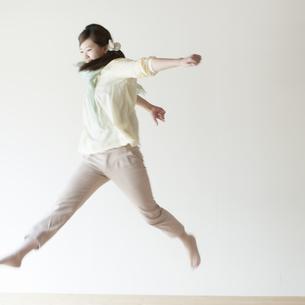 ジャンプをする女性の写真素材 [FYI04547816]