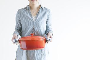 鍋を持つ女性の写真素材 [FYI04547822]