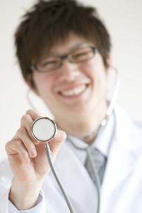 聴診器を持ち微笑む医者の写真素材 [FYI04547851]