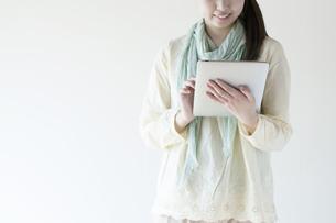 タブレットPCを持つ女性の写真素材 [FYI04547874]