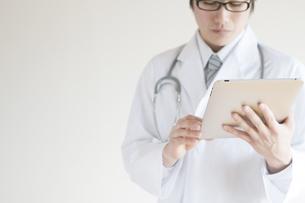 タブレットPCを操作する医者の写真素材 [FYI04547880]