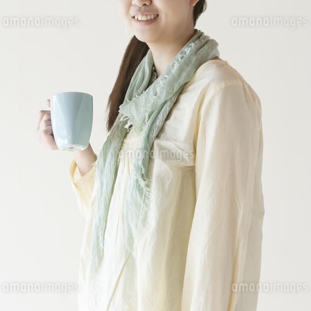 コーヒーカップを持つ女性の写真素材 [FYI04547881]