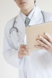 タブレットPCを持つ医者の手元の写真素材 [FYI04547903]