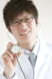 聴診器を持ち微笑む医者の写真素材 [FYI04547920]