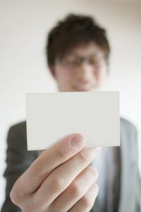 名刺を差し出すビジネスマンの写真素材 [FYI04547928]