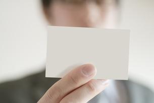 名刺を差し出すビジネスマンの写真素材 [FYI04547933]