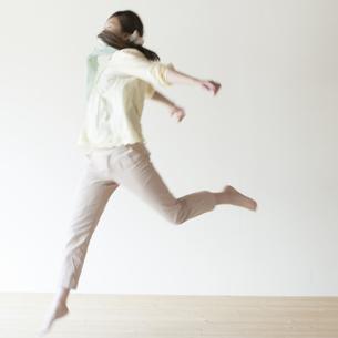 ジャンプをする女性の写真素材 [FYI04547946]