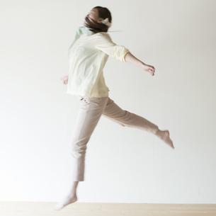 ジャンプをする女性の写真素材 [FYI04547966]