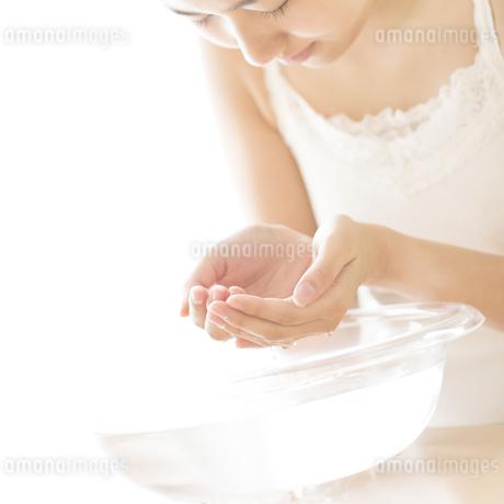 洗顔をする女性の写真素材 [FYI04547968]