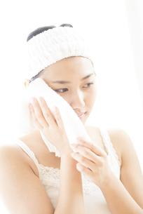 タオルで顔を拭く女性の写真素材 [FYI04547975]