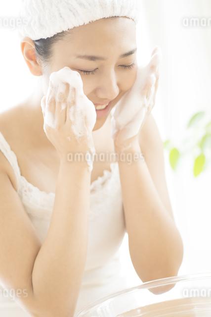 洗顔をする女性の写真素材 [FYI04547982]