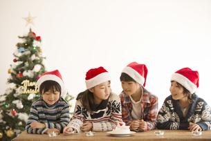サンタ帽を被った子供達とクリスマスツリーの写真素材 [FYI04547998]