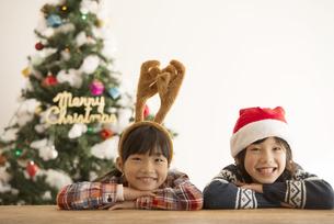 クリスマスの被り物をした子供達とクリスマスツリーの写真素材 [FYI04548018]