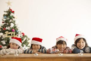 サンタ帽を被った子供達とクリスマスツリーの写真素材 [FYI04548020]