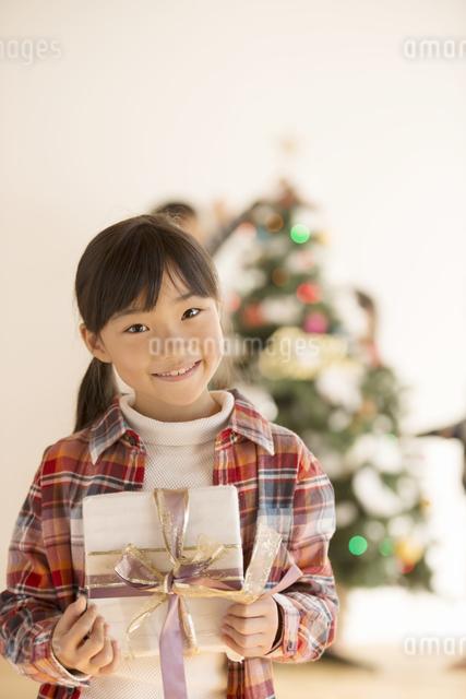 プレゼントを持つ女の子の写真素材 [FYI04548030]
