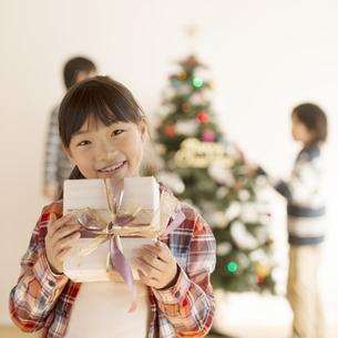 プレゼントを持つ女の子の写真素材 [FYI04548031]