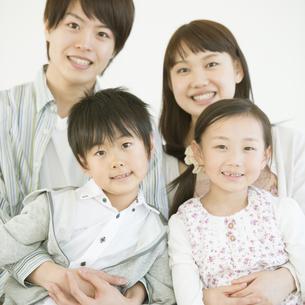 微笑む家族の写真素材 [FYI04548060]