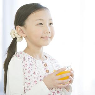 ジュースを持ち微笑む女の子の写真素材 [FYI04548067]