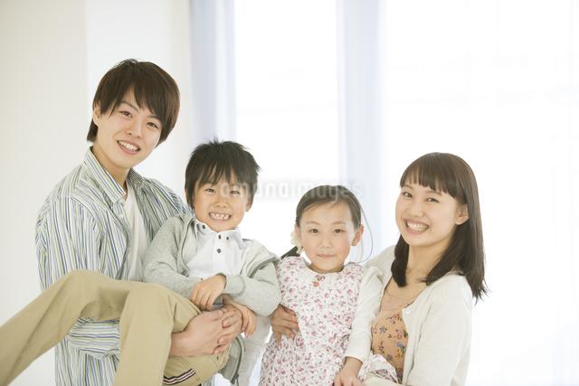 微笑む家族の写真素材 [FYI04548074]