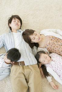 父親に寄りかかり眠る家族の写真素材 [FYI04548084]