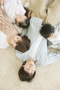 父親に寄りかかり眠る家族の写真素材 [FYI04548087]