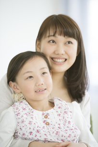 微笑む親子の写真素材 [FYI04548106]