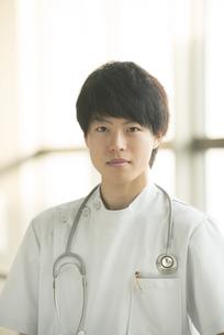真剣な表情をする看護師の写真素材 [FYI04548144]