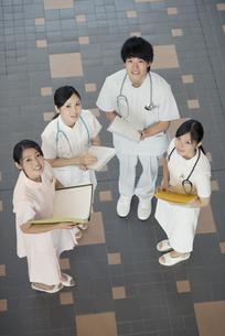 打合せをする看護師の写真素材 [FYI04548146]