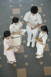 打合せをする看護師の写真素材 [FYI04548147]